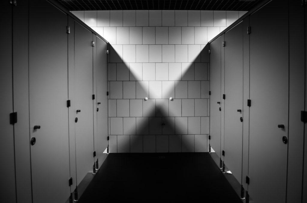 dozowniki w toalecie publicznej